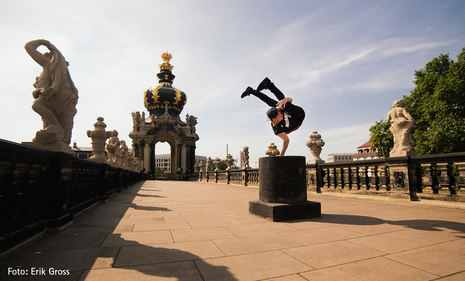 Breakdancer tanzt im Zwinger
